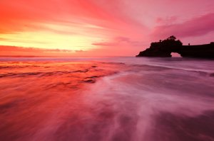 The spectacular Pura Batu Bolong, a small shrine located near the famous Pura Tanah Lot, located in the Tabanan Regency.